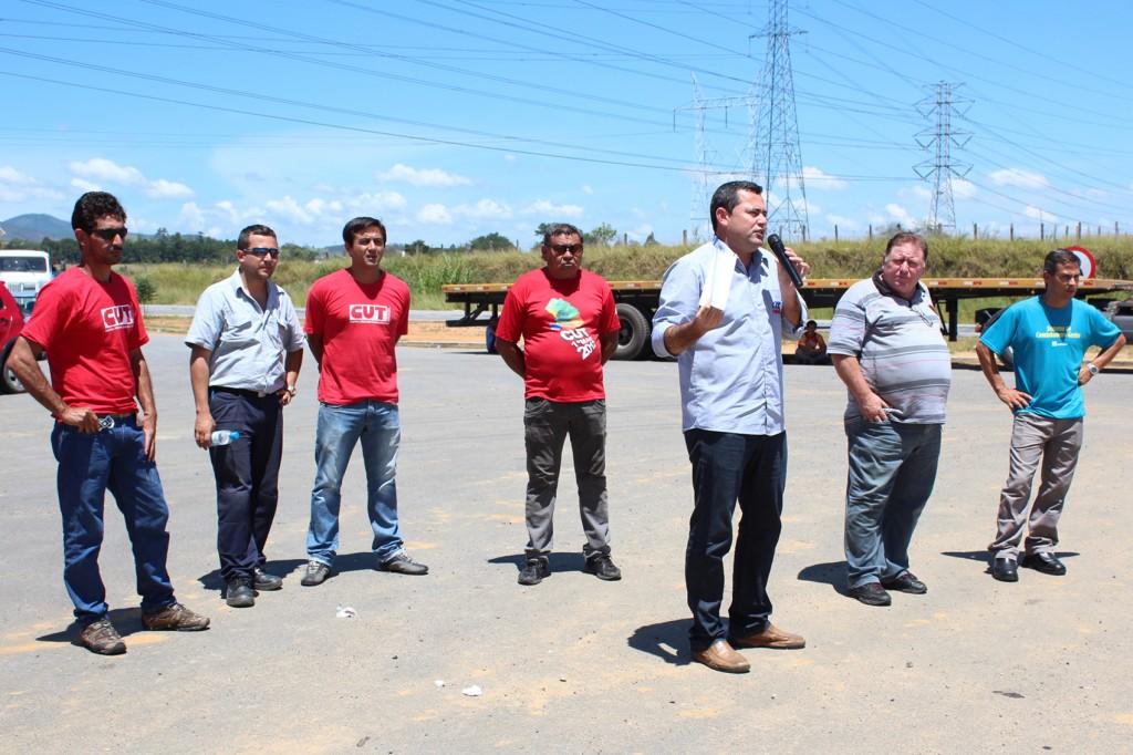 Direção do sindicato conversa com trabalhadores sobre o andamento das negociações