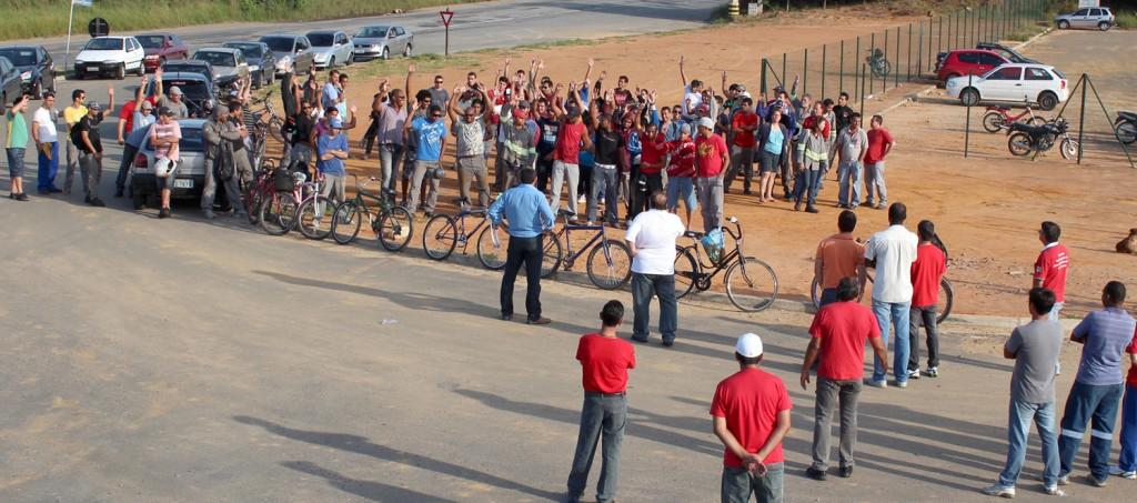 Trabalhadores rejeitam proposta da empresa em assembleia e decidem permanecer em greve
