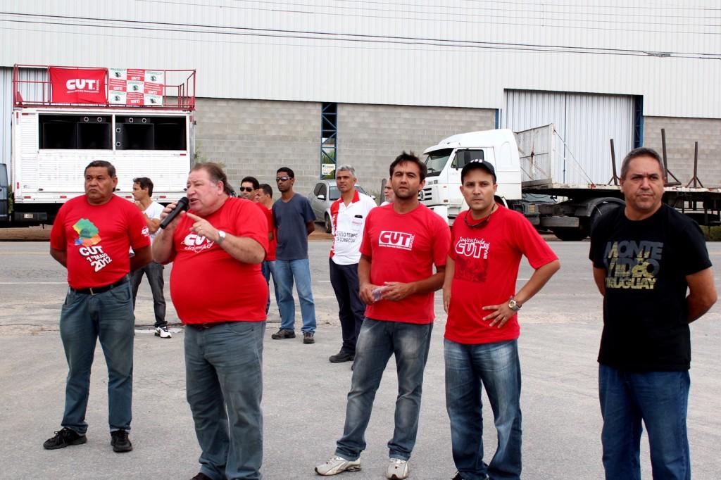 Presidente Mamão fala aos trabalhadores, junto a diretores do sindicato