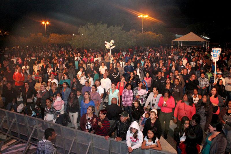 Show gratuito no pátio da Prefeitura teve público estimado em 4 mil pessoas