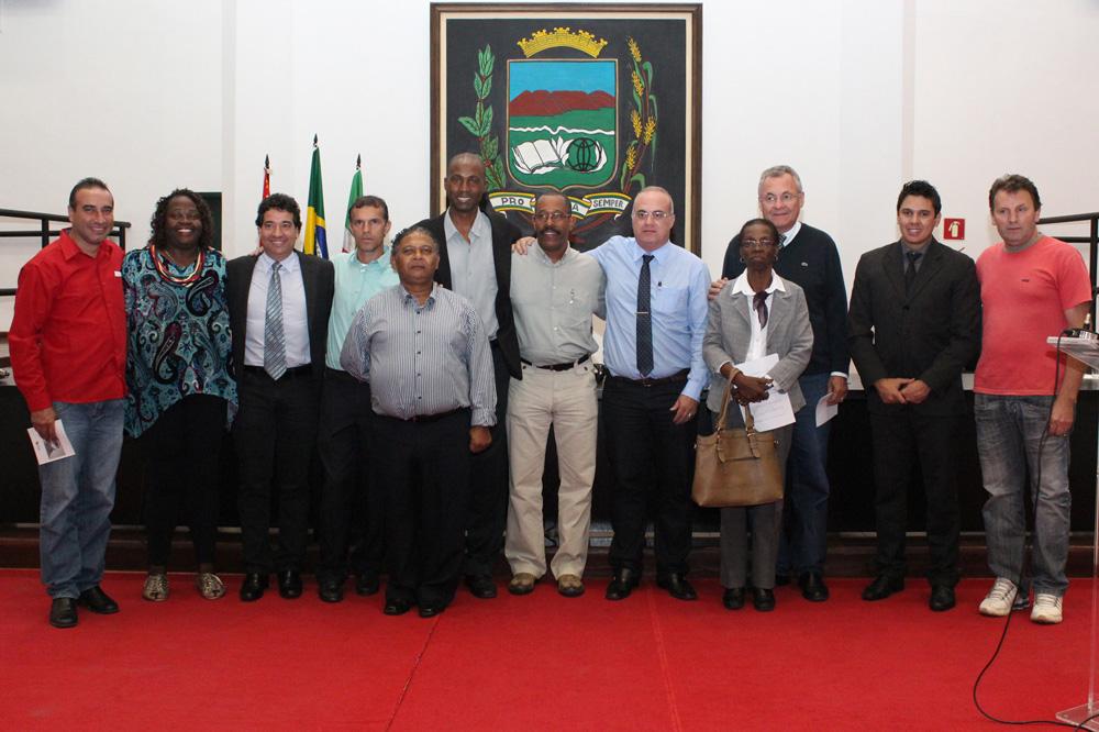 Membros do sindicato, representantes da CUT e vereadores durante ato em comemoração à abolição da escravatura