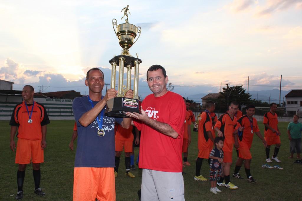 O capitão da Socotherm levanta o troféu de segundo lugar