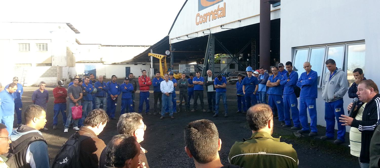 Manifestação realizada pelo Sindicato dos Metalúrgicos na portaria da empresa nesta segunda; protesto já havia sido feito em março. Crédito: Secretaria de Comunicação