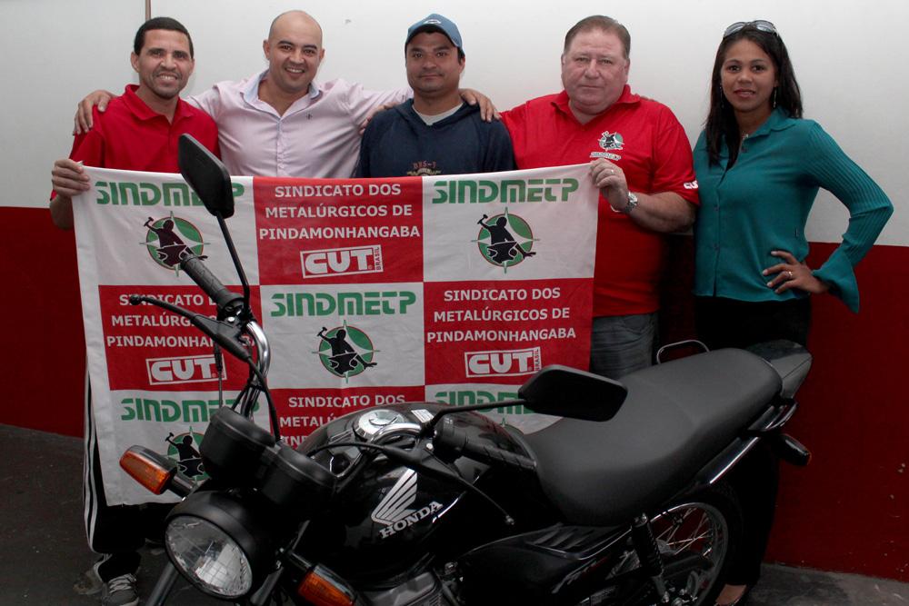 Almir, ao centro, junto à diretores do sindicato, na sede da entidade, nesta segunda-feira, dia 24