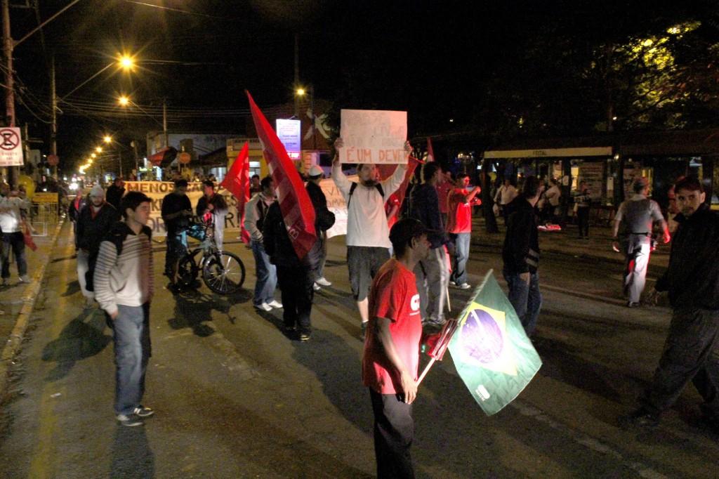 Protesto no centro da cidade, em frente à Viva Pinda