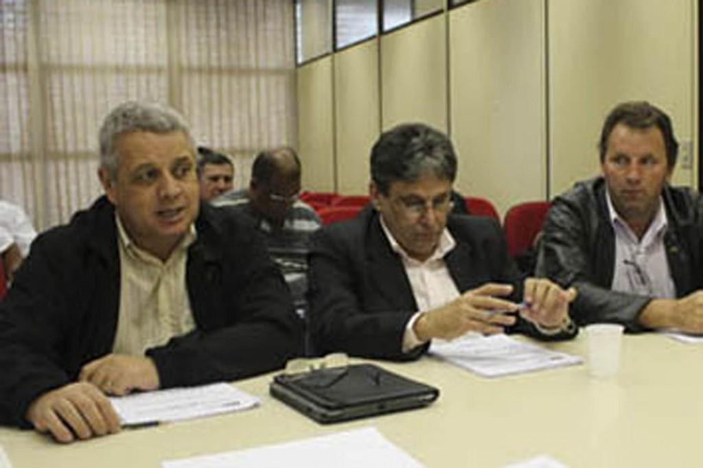 Biro Biro, Raimundo Oliveira e Romeu Martins, na mesa de negociação com os patrões do G8. Foto: Mídia Consulte