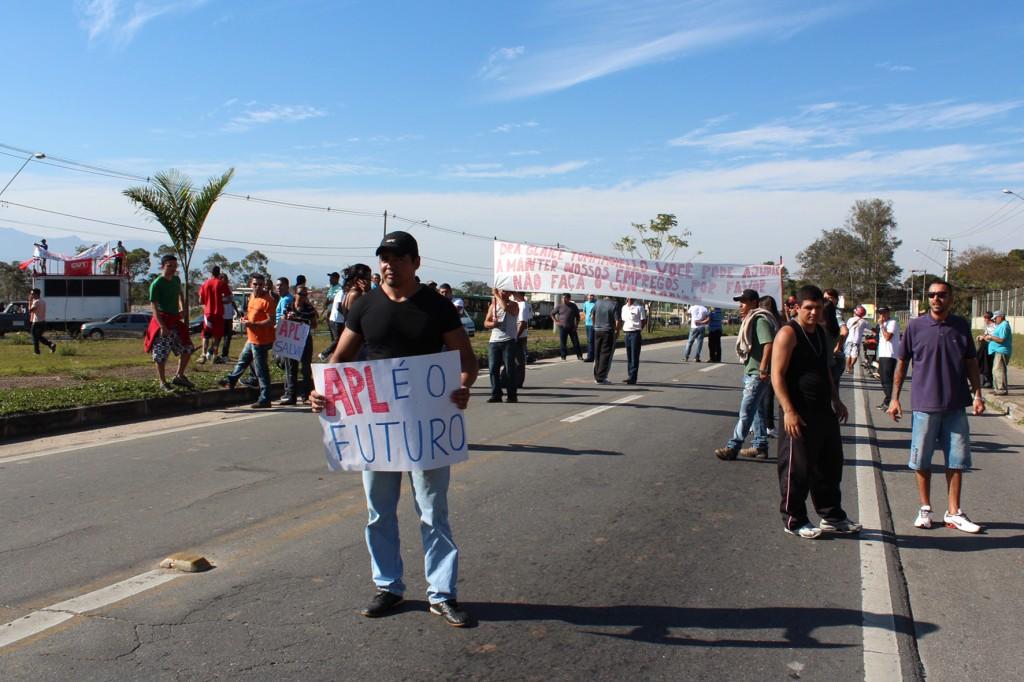 Funcionários paralisaram as duas vias em frente ao Fórum com faixas pedindo liberação para trabalhar