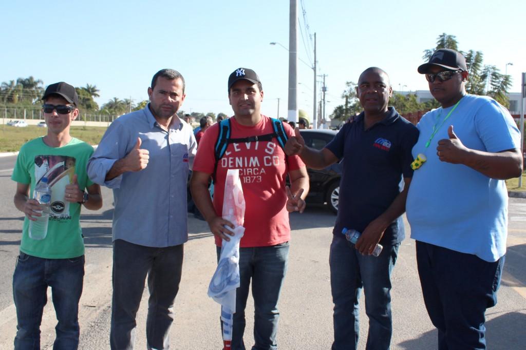Sindicalistas Vela e Valdir junto a funcionários Aliança Papéis