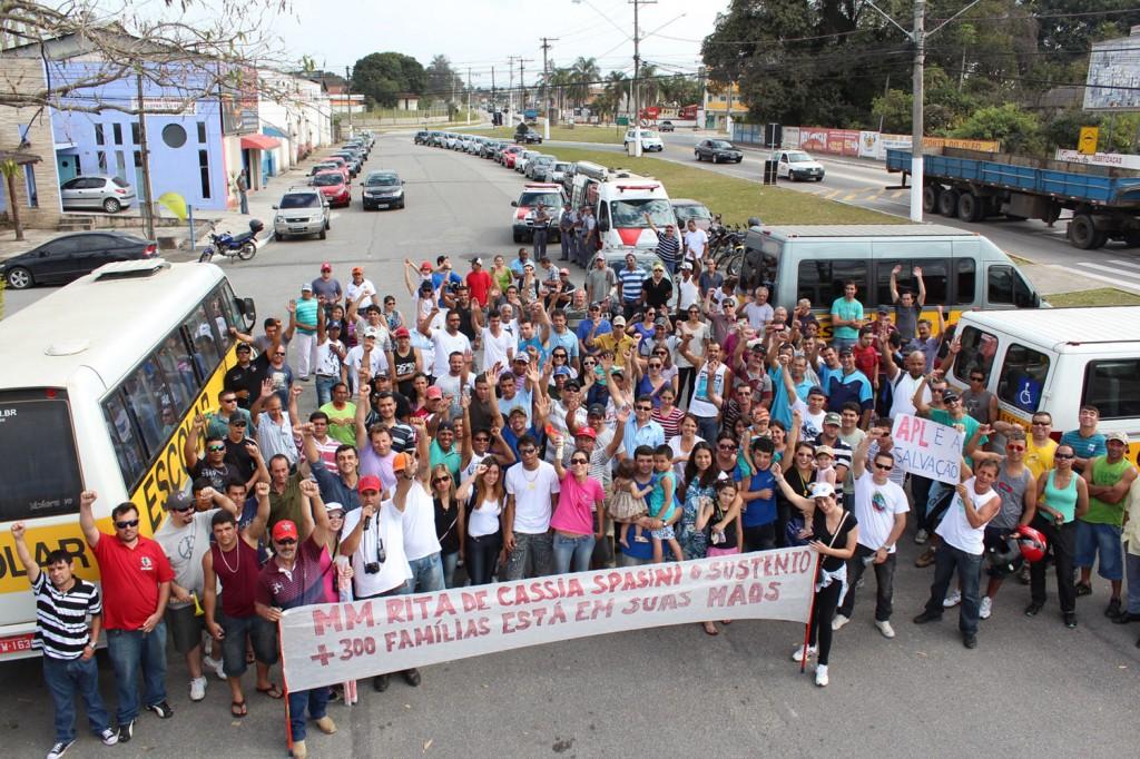 Trabalhadores da Aliança Papéis, Jofel e ex-funcionários da Nobrecel reunidos próximo ao anel viário da SP-62, rodovia onde fica o Fórum de Pindamonhangaba