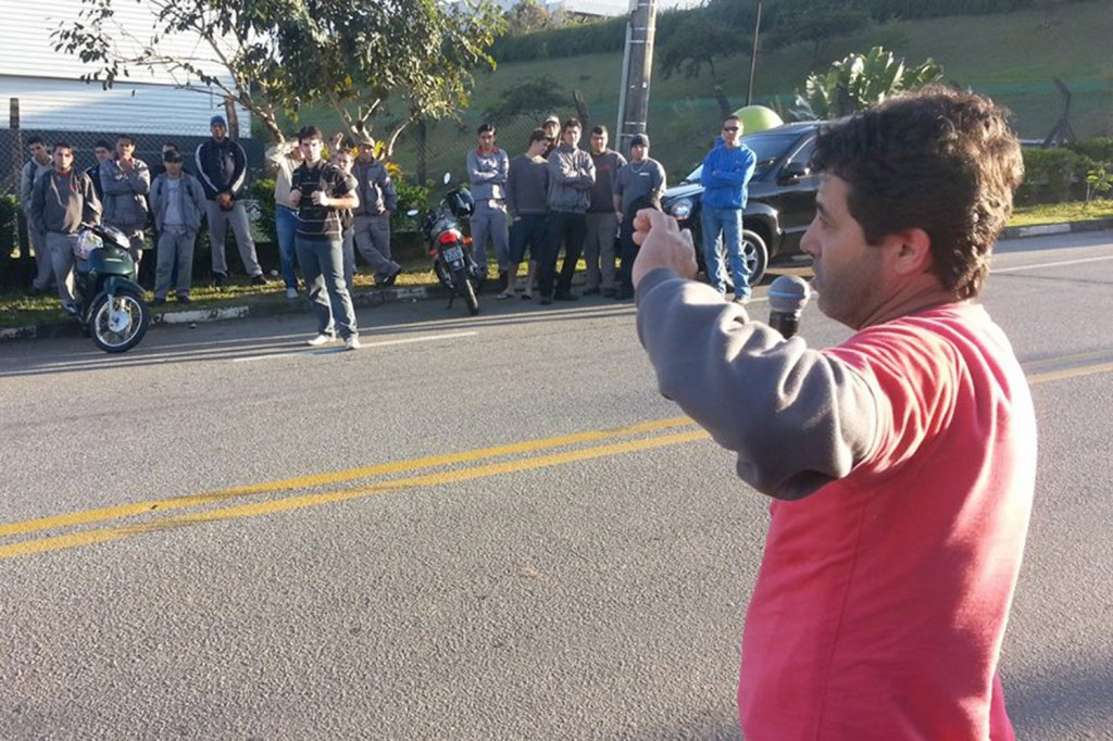 O dirigente sindical de base da Novametal, Luis Carlos de Paiva, o Paivinha, fala com os trabalhadores (crédito da foto: Herivelto - Vela)