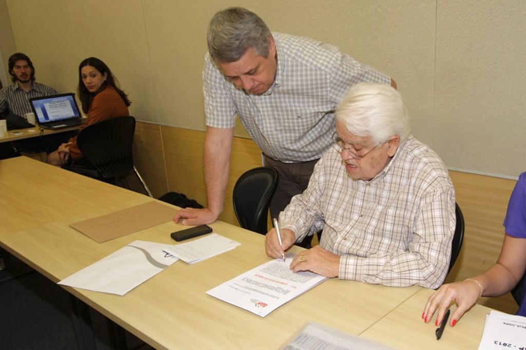O presidente da FEM, Valmir Marques - Biro Biro, e a bancada patronal do Grupo 3 - Autopeças (Crédito Mídia Consulte)