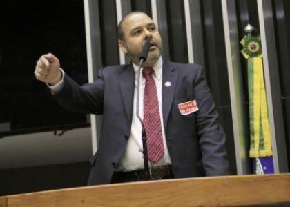 Presidente da CUT, Wagner Freitas, usa a tribuna da Câmara dos Deputados em audiência público sobre o PL 4330 no dia 18 de setembro (Crédito Richard Silva)
