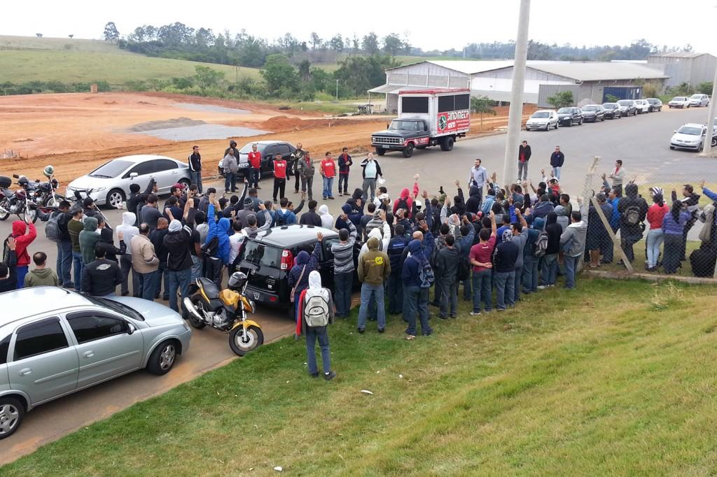 Trabalhadores da Bundy aprovam entrega do comunicado de greve para pressionar a direção da empresa a abrir negociação com o Sindicato (Crédito Benedito Irineu)