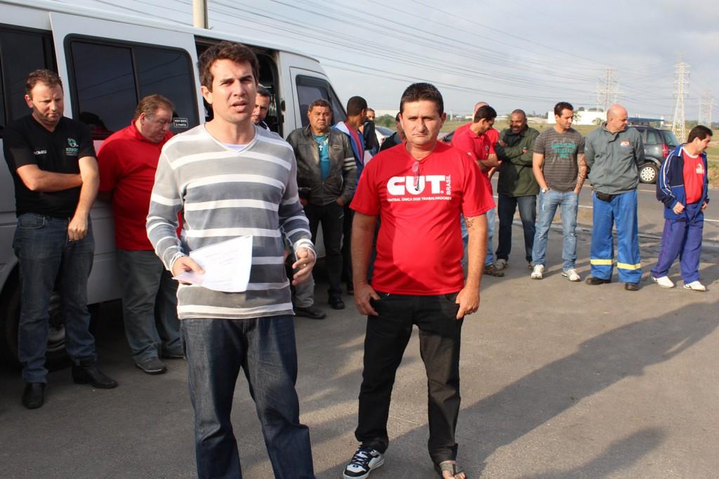 Ao centro os dirigentes Sérgio da Silva, que também participou das negociações, e André Dantis apresentam a proposta aos trabalhadores