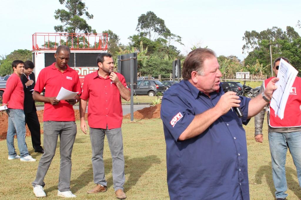 Presidente Mamão explica aos trabalhadores a proposta alcançada após um mês de negociação entre sindicato e empresa