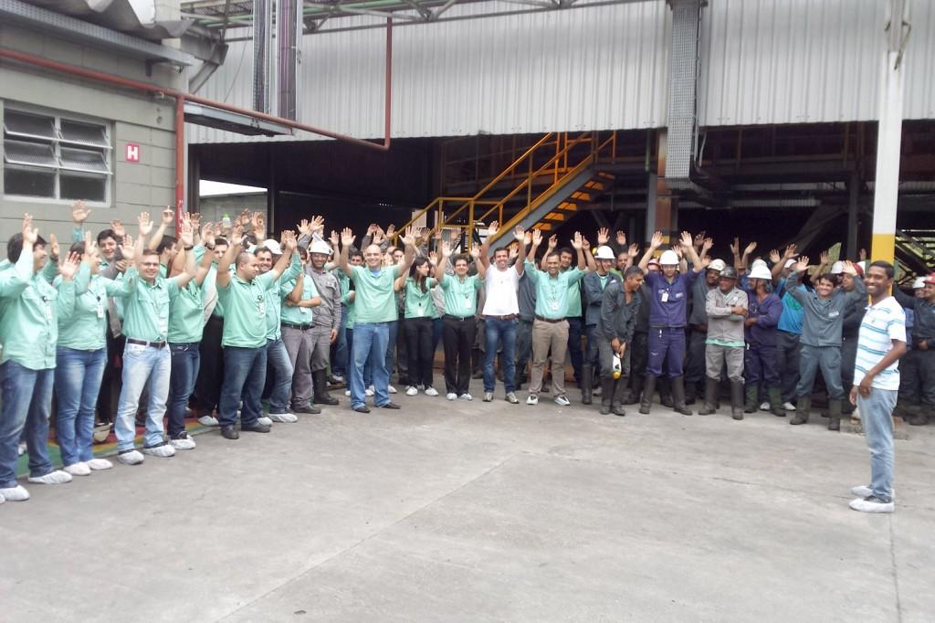"""Trabalhadores aprovam em assembleia proposta da campanha salarial de aumento com abono; à direita o dirigente sindical Gerilson """"Dê"""" (crédito da foto: Herivelto Vela)"""