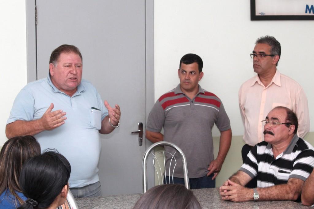 Em pé, o presidente Renato Marcondes, o secretário de Formação Celso Antunes, e o professor Carlos Alberto de Souza