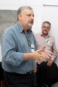O deputado federal Ricardo Berzoini; ao fundo, o secretário de Desenvolvimento Econômico da Prefeitura de Pindamonhangaba, Rubens Fernandes