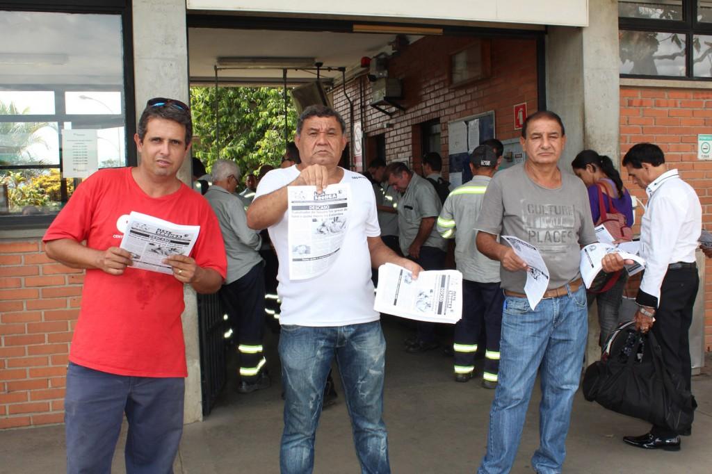 Dirigentes sindicais mostram boletim de protesto em apoio a Rubén e pelas demissões irregulares que ocorrem também no Brasil
