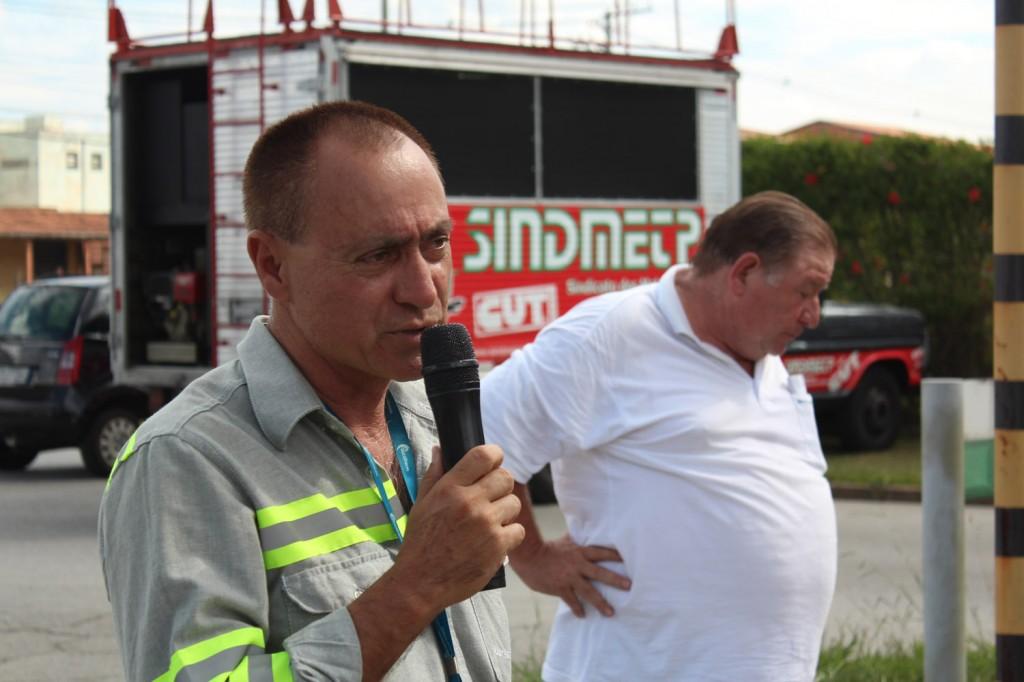 "Ao microfone, o dirigente sindical na Tenaris Antonio Ernesto, ao lado do presidente Renato Marcondes – ""Mamão"""