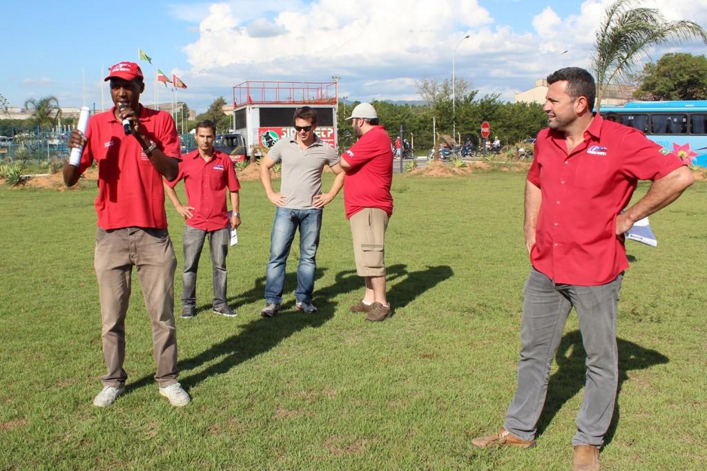 Dirigentes sindicais conversam com trabalhadores sobre problemas de dentro da fábrica e a dificuldade de negociação com a empresa