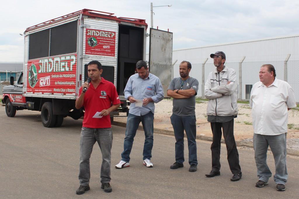"Ao microfone, o coordenador do Comitê Sindical da Bundy, José Ivanez - ""Gato"", junto a diretores do sindicato"