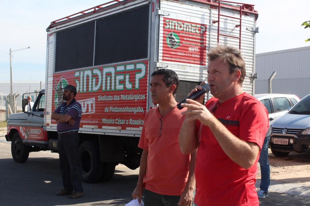 "Ao microfone, o vice-presidente Romeu Martins, ao lado do dirigente sindical José Ivanez - ""Gato"""