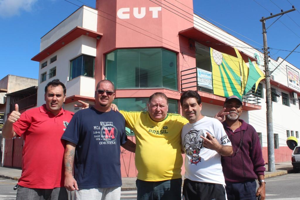 Companheiros em frente à sede do sindicato, que foi decorada nas cores do time Canarinho