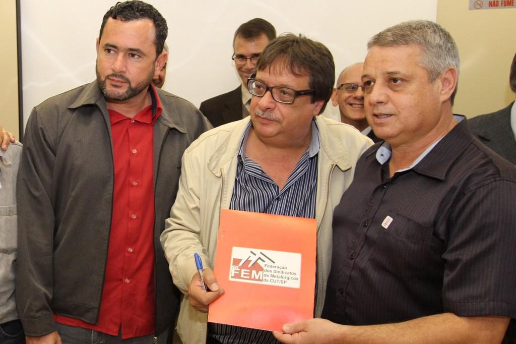 Entrega de pauta a Valdemar Andrade - representante patronal do Grupo 8 (Foto: Mídia Consulte)