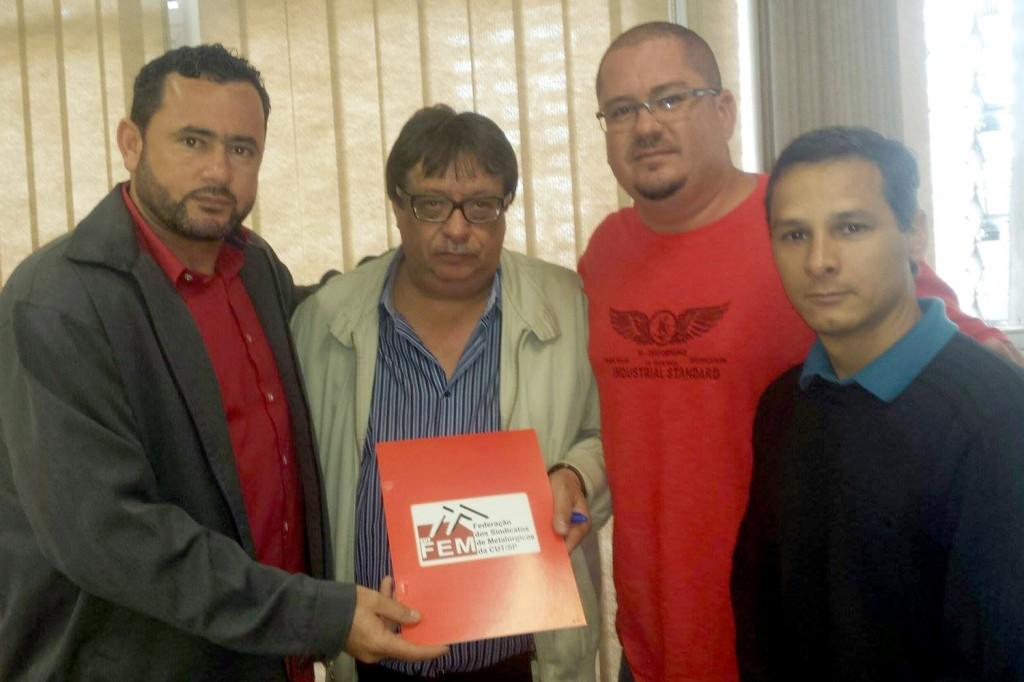 Dirigentes de Pinda presentes na entrega da pauta: Herivelto Moraes - Vela, Marcio Pimentel - Perneta e Mario Fernandes - Marcinho (Foto: Divulgação)
