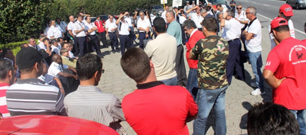 Sindicato junto a trabalhadores, que após reuniões sem avanço com a direção da empresa, decidiram manter a greve na segunda-feira (Crédito foto: Assessoria Sttravp)