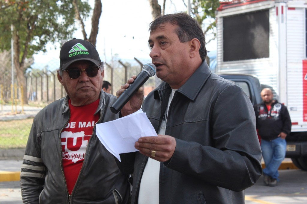 Ao microfone, o tesoureiro do sindicato da construção civil, José Laércio – Lagoinha