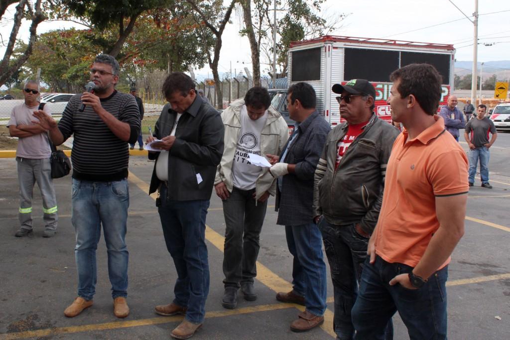 Ao microfone, o representante da Feticom-SP, Marcelo Rodolfo da Costa