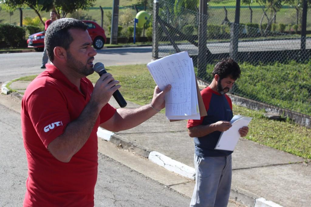 Ao microfone, Herivelto - Vela; ao fundo, o dirigente sindical da Novametal, Luiz Carlos de Paiva