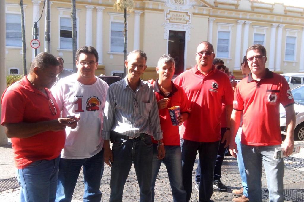 O secretário de Organização, Márcio Pimentel - Perneta, junto aos companheiros do Sindicato dos Condutores (Crédito Divulgação)
