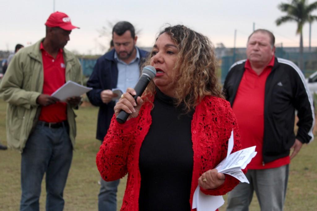 Ao microfone, a dirigente sindical Maria Madalena, que trabalha no administrativo da Gerdau; ao fundo, Irineu, Vela e Mamão