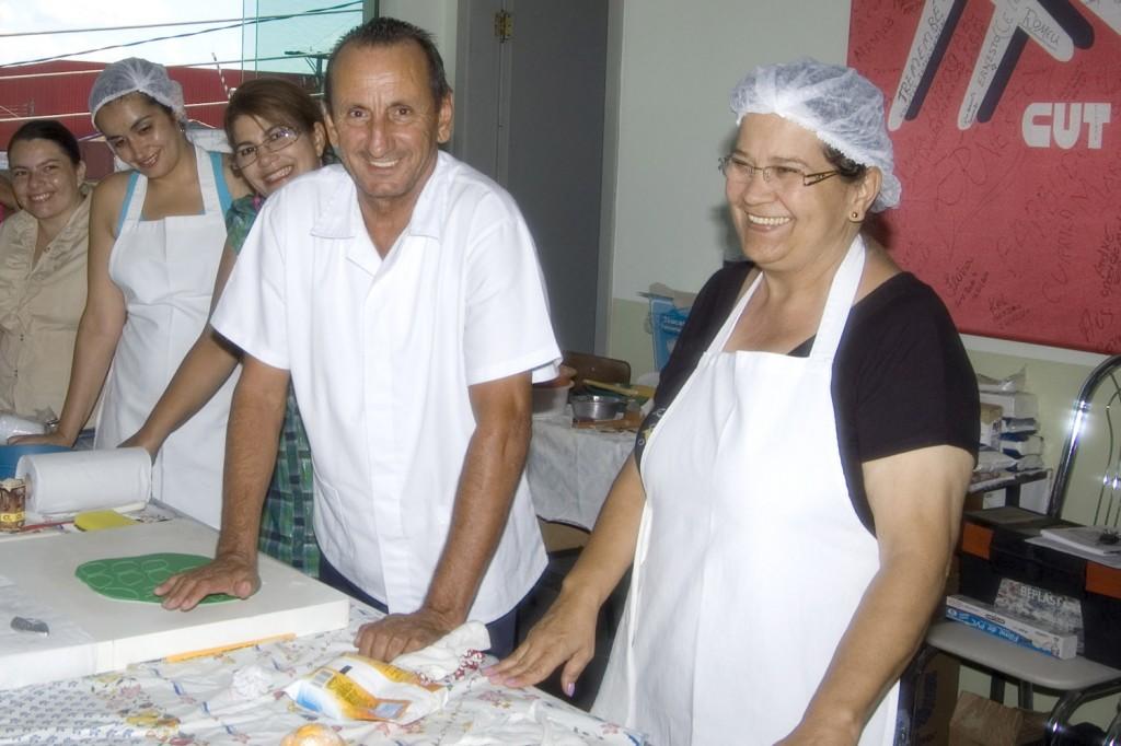 Curso de confeitaria em bolos é feito na sede do sindicato desde 2011 com grande procura