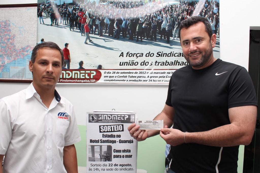 O secretário geral, Herivelto Moraes - Vela, mostra cupom sorteado, ao lado do membro do Conselho Fiscal da entidade, Marcio Fernandes - Marcinho