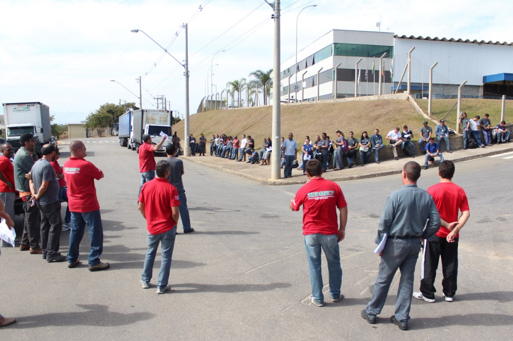 Trabalhadores atrasaram a entrada dos turnos em protesto por salários e melhorias no atendimento médico da empresa
