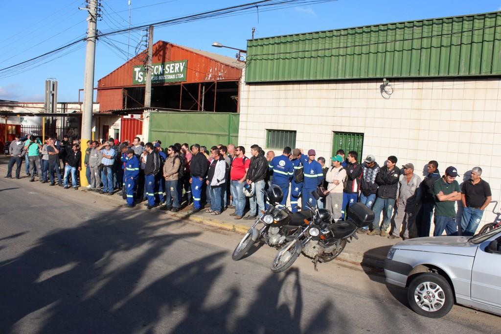 Mais uma vez, todos os trabalhadores pararam na porta da fábrica nessa sexta-feira para ouvir o sindicato