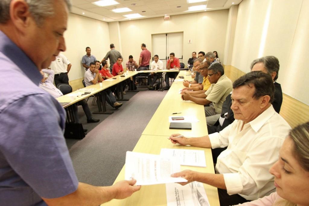 O presidente da FEM-CUT/SP, Valmir Marques da Silva (Biro-Biro), entrega à bancada patronal o comunicado de greve (Foto: Adonis Guerra)