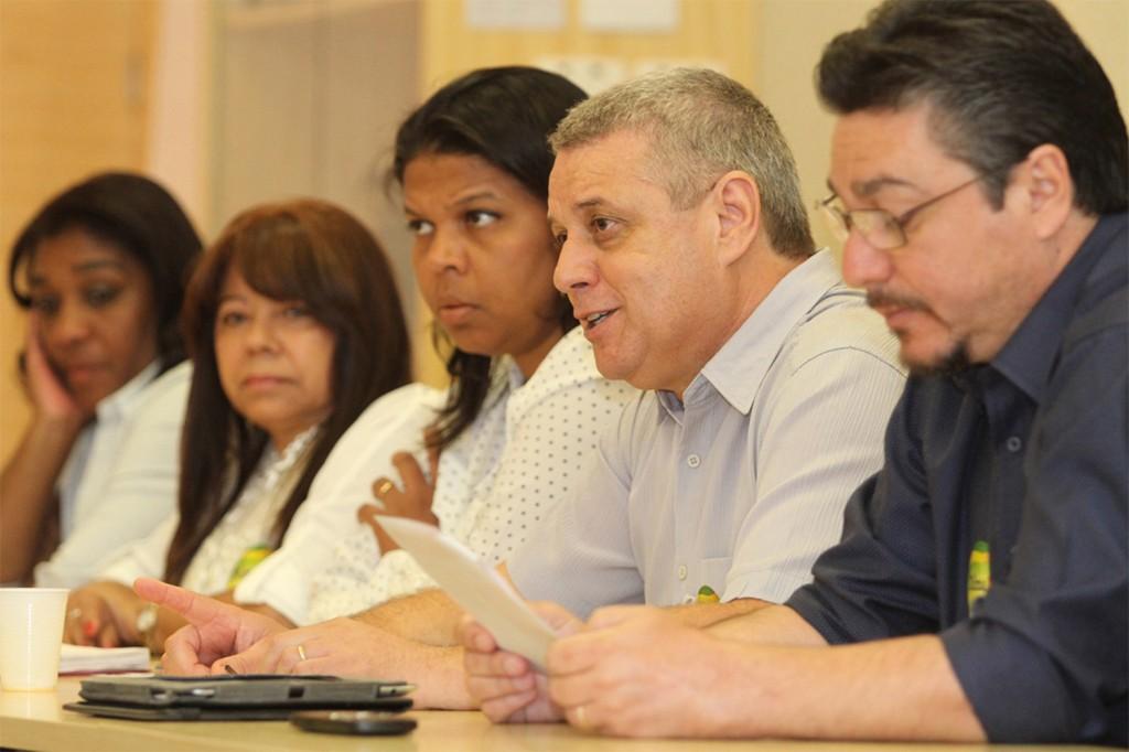 Ao centro, o presidente da FEM-CUT/SP, Valmir Marques, o Biro Biro, durante uma das rodadas de negociação já realizadas em São Paulo (Crédito: Adonis Guerra)