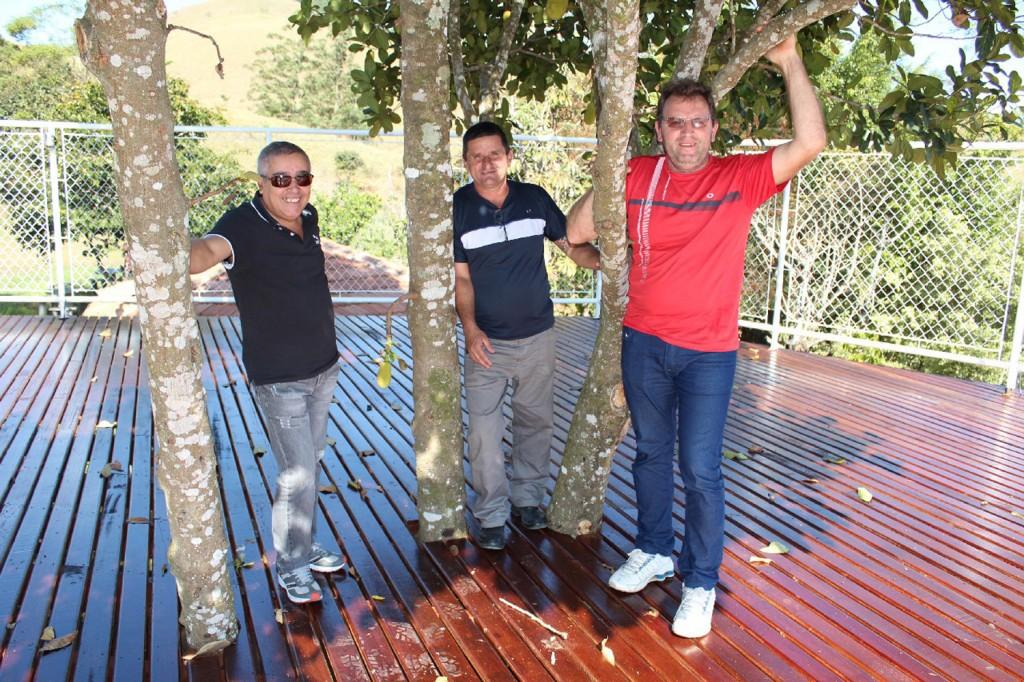 Os dirigentes sindicais Sérgio Aparecido, André Luis e Romeu Martins, em visita ao clube logo após o término da obra