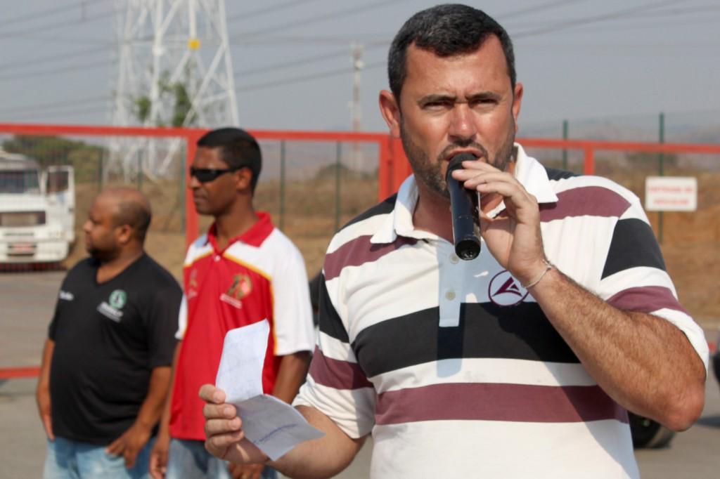 Ao microfone, o secretário-geral, Herivelto - Vela