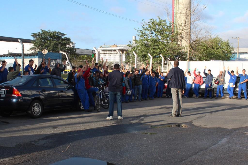 Após protestar contra proposta sem aumento real, abono baixo e parcelado, trabalhadores aprovam nova proposta por unanimidade
