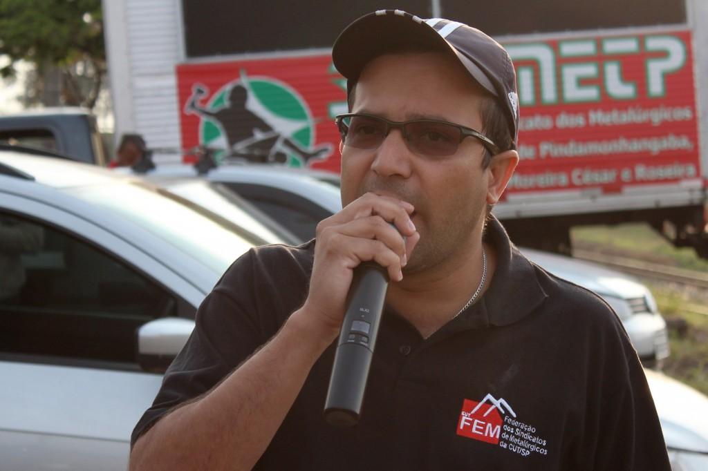 O sindicalista Luciano – Tremembé, que é membro da FEM-CUT, durante greve na Confab Equipamentos