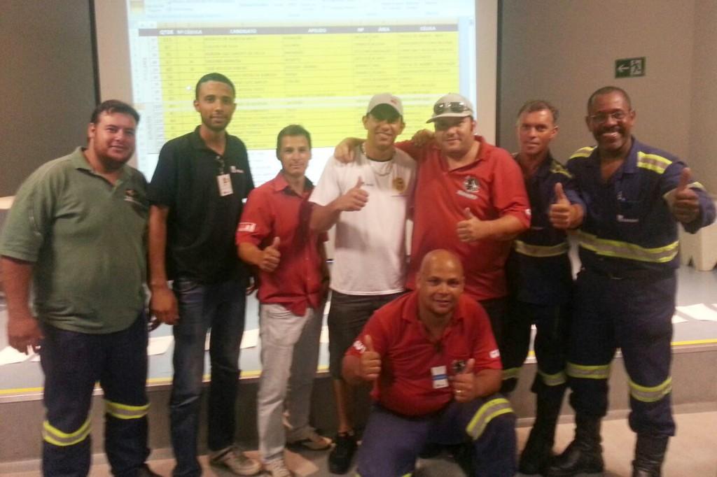 Diogo, vice-presidente da atual gestão da Cipa, Júnior, técnico de segurança da fábrica, e direção do CSE Gerdau junto com Rodrigão, logo após apuração dos votos (Crédito: Divulgação)