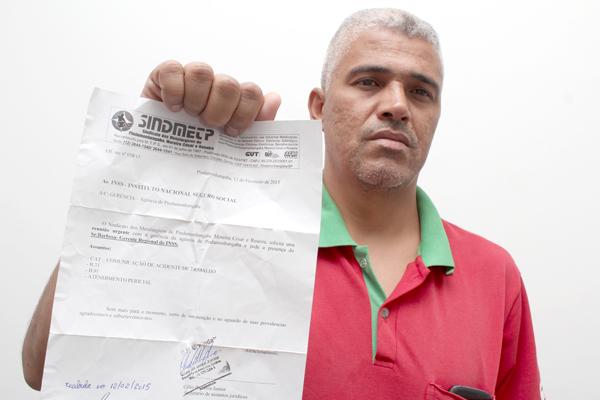 O secretário de Assuntos Jurídicos do sindicato, Célio da Silva - Celinho, mostra documento cobrando reunião