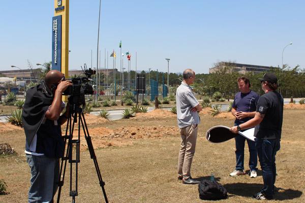 Equipe da TVT fazendo reportagem especial sobre a Gerdau em Pindamonhangaba
