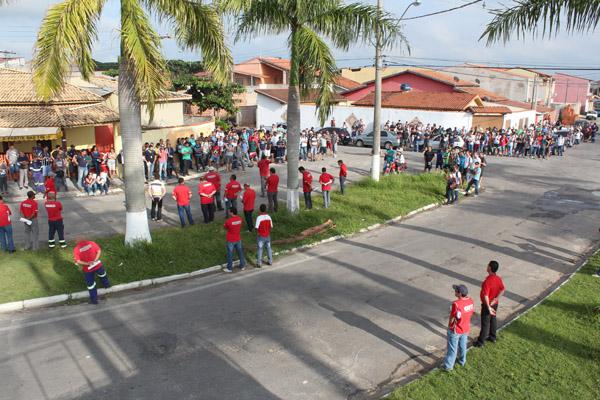 Trabalhadores paralisados no bairro Mantiqueira, próximo à fábrica; empresa tem colocado estagiários em funções de risco